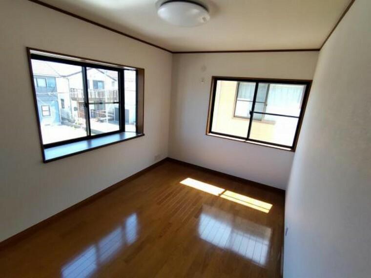【リフォーム済】2階洋室6帖です。クロス張替え、照明の交換を行いました。趣味のお部屋、書斎などにいかがでしょうか。