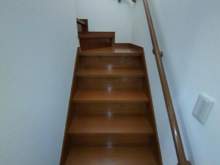 【リフォーム済】階段です。壁と天井のクロス張替え、照明の交換を行いました。手すりが付いているので安心して上り下りしていただけます。
