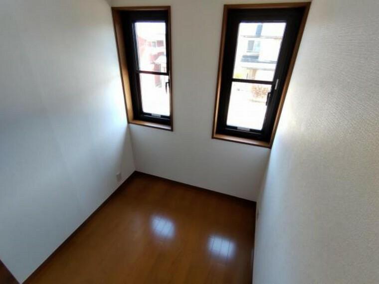 収納 【リフォーム済】2階納戸です。一部壁の新設、建具新設、クロス張替えを行いました。季節ものの家電などを置いたり、ファミリークローゼットとして使ったり、使い勝手の良い一室です。