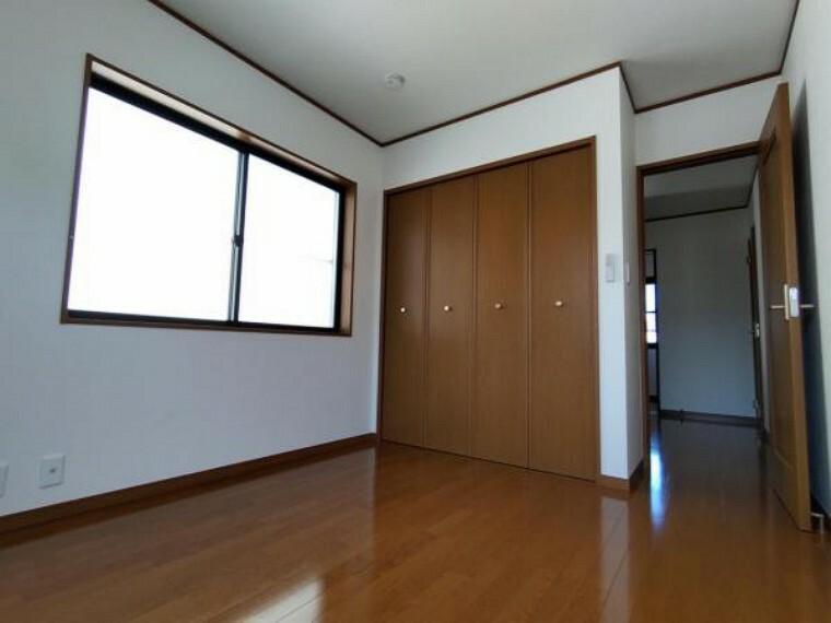 【リフォーム済】2階洋室5帖です。床のクリーニング、クロス張替えを行いました。一部壁を新設して、独立した居室に変更しました。