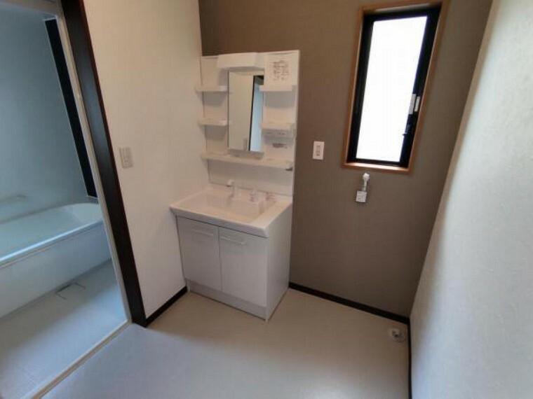 洗面化粧台 【リフォーム済】洗面脱衣場はクロス張替え、床はクッションフロア張替え、洗面台交換、止水栓新設を行いました。浴室と隣接しているので、脱いだ服をそのまま洗濯機へポン。家事の時間も短縮できますね。
