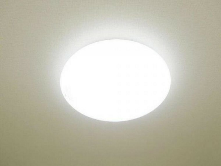 【同仕様写真】各居室にはLED照明器具を新設しました。リモコン付きで操作も簡単。LEDですので節約にもなります。
