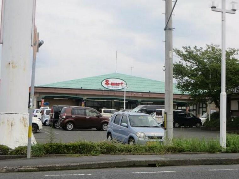 スーパー 【近隣写真】エスマートつのい店様まで約1000m(車で約3分)。週に何度も通うスーパーはお近くになると便利ですよね。