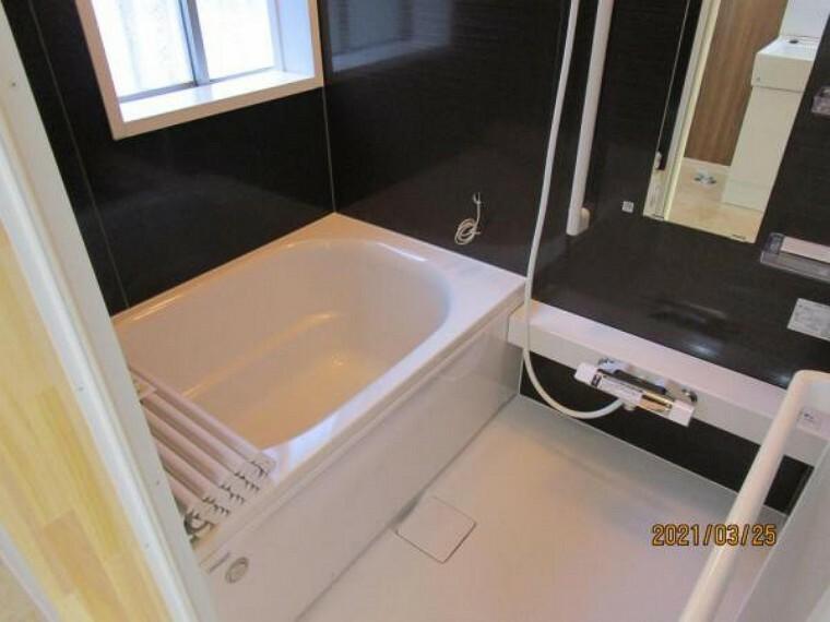 浴室 【リフォーム後】浴室はハウステック製の新品のユニットバスに交換しました。浴槽には滑り止めの凹凸があり、床は濡れた状態でも滑りにくい加工がされている安心設計です。