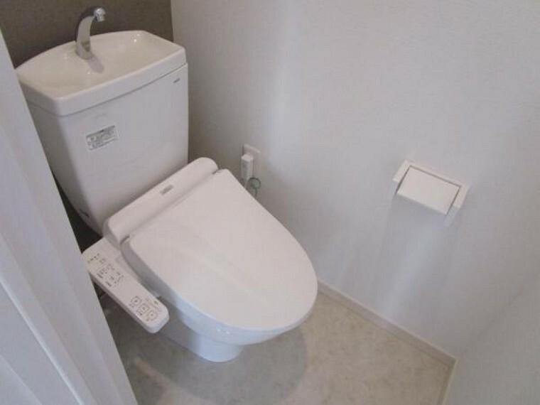 【リフォーム後】トイレはTOTO製の温水洗浄機能付きに新品交換しました。表面は凹凸がないため汚れが付きにくく、継ぎ目のない形状でお手入れが簡単です。節水機能付きなのでお財布にも優しいですね。
