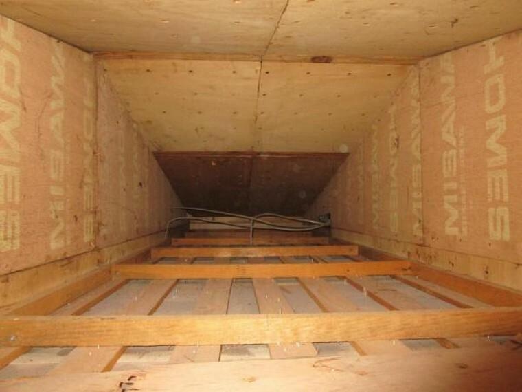 構造・工法・仕様 【小屋裏写真】中古住宅の3大リスクである、雨漏り、主要構造部分の欠陥や腐食、給排水管の漏水や故障を2年間保証します。その前提で屋根裏まで確認の上でリフォームし、シロアリの被害調査と防除工事もおこないます。