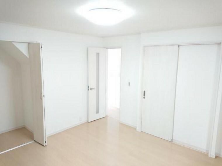 【リフォーム後】1階8帖の居間は、フローリングとクロスの張替えを行い、扉を交換しました。こちらのお部屋からは、リビングや洗面所に直接出入りできます。お子様のお部屋や趣味のお部屋にいかがですか。