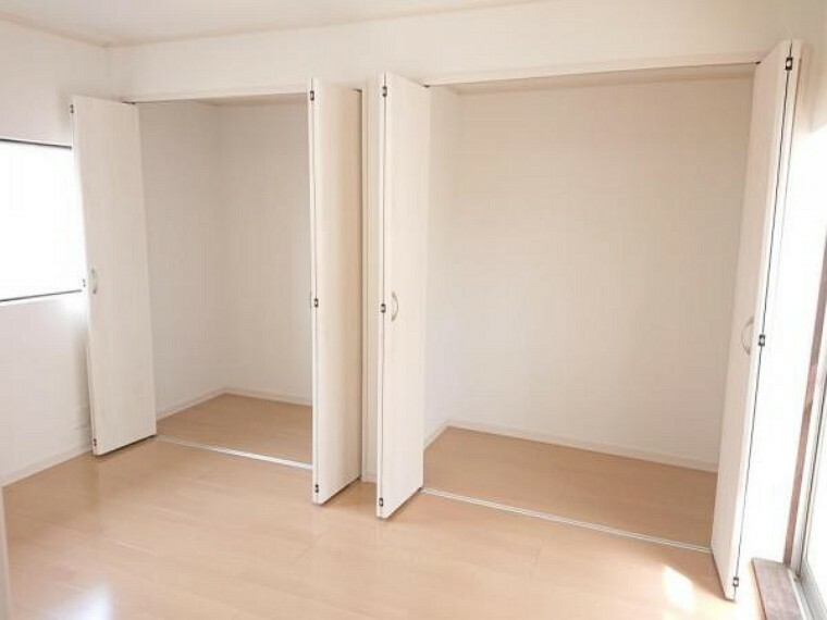 【リフォーム後】2階北側の洋室は、壁と天井のクロスを張り替え、フローリングの重張りを行いました。こちらのお部屋はクローゼット2つ分の大容量の収納付き。お洋服選びが楽しくなりそうですね。