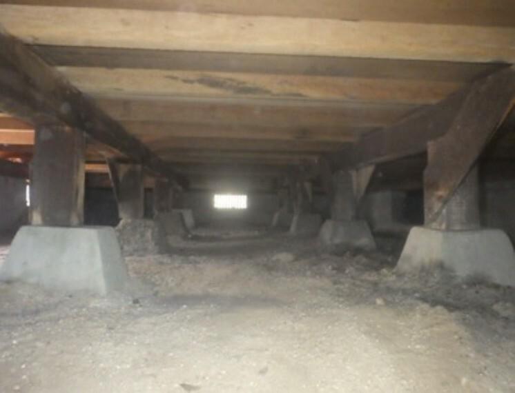 住宅に雨漏り、構造部分の欠陥や腐食などがあった場合は、弊社が引き渡しから2年間保証します。その前提で床下まで確認の上でリフォームし、シロアリの被害調査と防除工事もおこなっています。