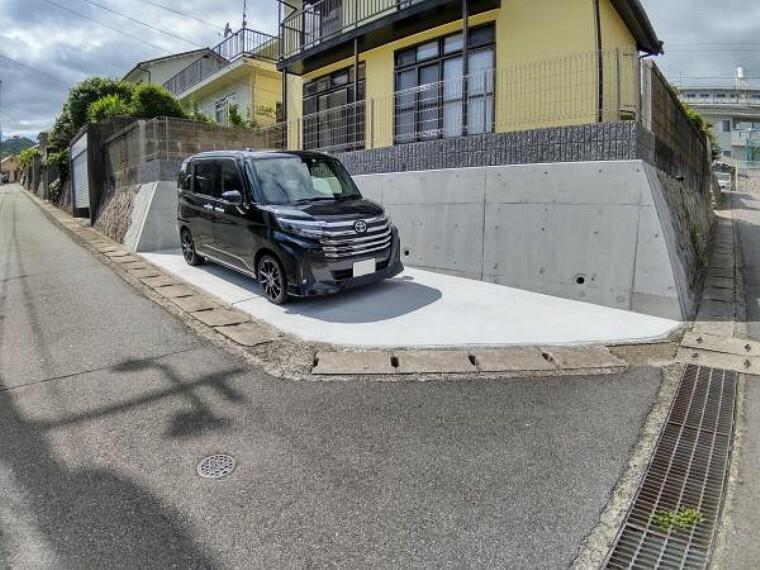 外観写真 【リフォーム済】新設した駐車場の写真です。庭を解体し駐車場の拡張工事を行いました。約2.6m×約5.5mのサイズのため普通自動車でも余裕をもって駐車できます。塀を解体し、安全のためフェンスを新設しております。
