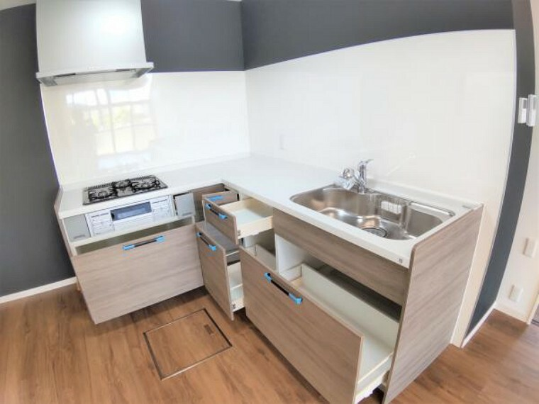 キッチン 【リフォーム済】キッチンの収納を開口した写真です。4つの引出はそれぞれの容量も大きく、鍋やフライパンでも軽々収納できるので便利ですね。