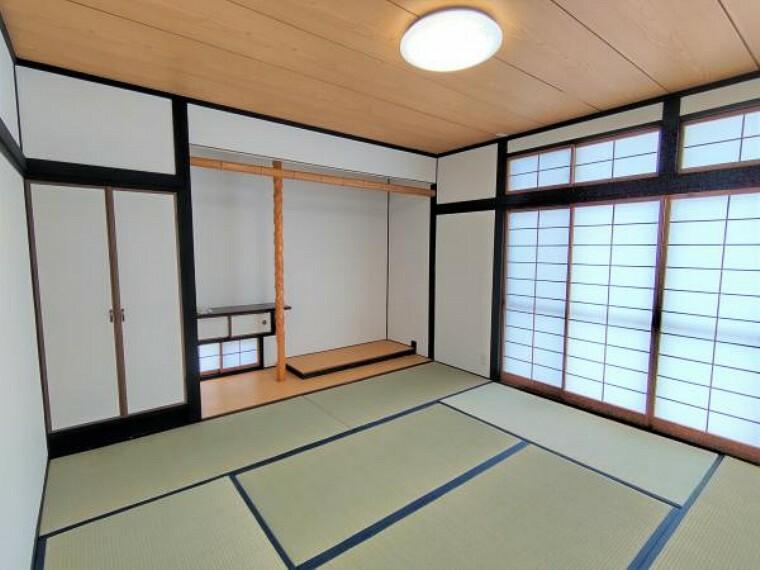 【リフォーム済】1階8帖の和室写真です。畳表替えや木部分の塗装を行い、和モダンな空間に仕上げました。