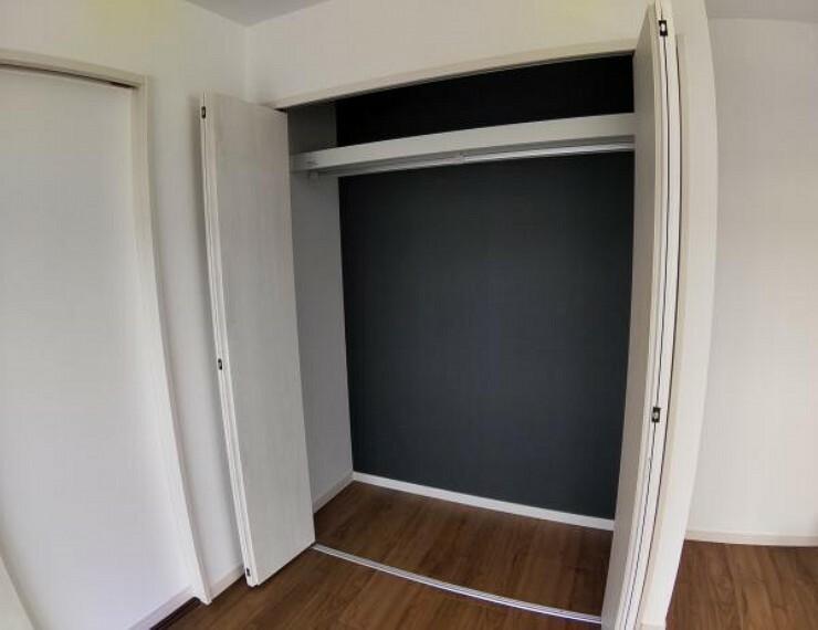 収納 【リフォーム済】2階8帖洋室のクローゼットの写真です。各居室収納としてクローゼットを設置しています。中にはハンガーパイプと枕棚を設置しているので洋服の収納に便利ですね。