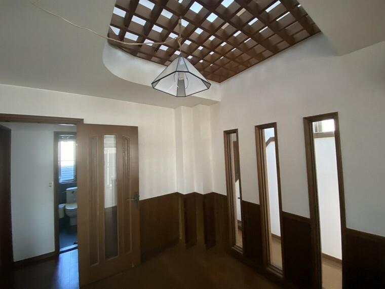 居間・リビング 家具等に使用される木を腰壁・ドア・枠材等ふんだんに使用
