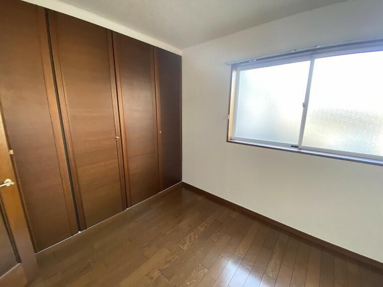 洋室 部屋一面に広がる収納そして、使用されている扉等の材質もワンランク上の木を使用しております。