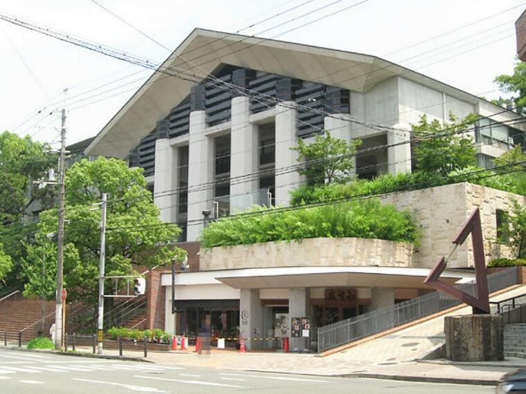学校法人瓜生山学園 京都芸術大学 子供向けの図書館ピッコリー、認可保育園こども芸術大学、京都芸術劇場春秋座などがあります