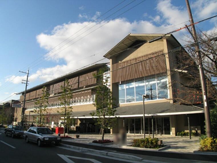 役所 京都市左京区役所 2011年に新築された新しい庁舎です。