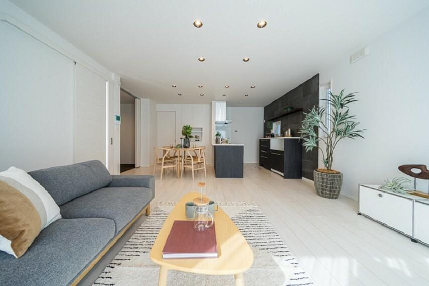 居間・リビング No.7_LDK2(撮影_2021年3月)約18.6畳のLDKは、和室とつなげると約22畳の大空間に。