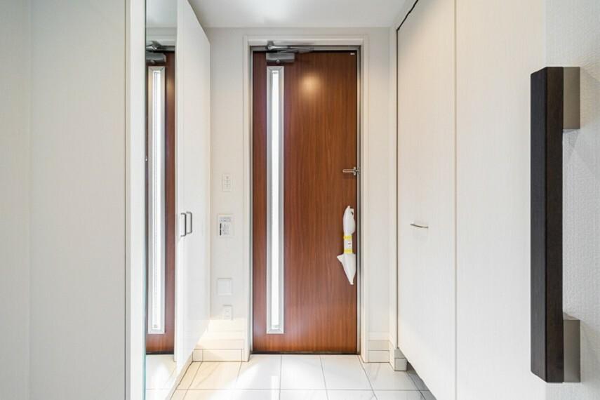 玄関 No.7_玄関(撮影_2021年3月)床はタイル貼りでスタイリッシュな空間に。玄関収納は鏡付きです。