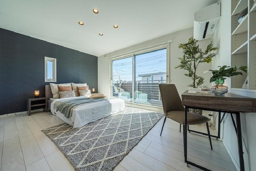 寝室 No.7_主寝室(撮影_2021年3月)約2.7畳のW.I.C.付き主寝室。収納たっぷりで使いやすい居室です。ナチュラルな木目天井がおしゃれな空間を演出。