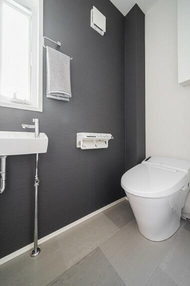 トイレ No.7_1階トイレ(撮影_2021年3月)スタイリッシュなタンクレストイレ。ウォシュレットはお手入れの楽なリモコンタイプを採用。アクセントクロスでトイレまでおしゃれに。