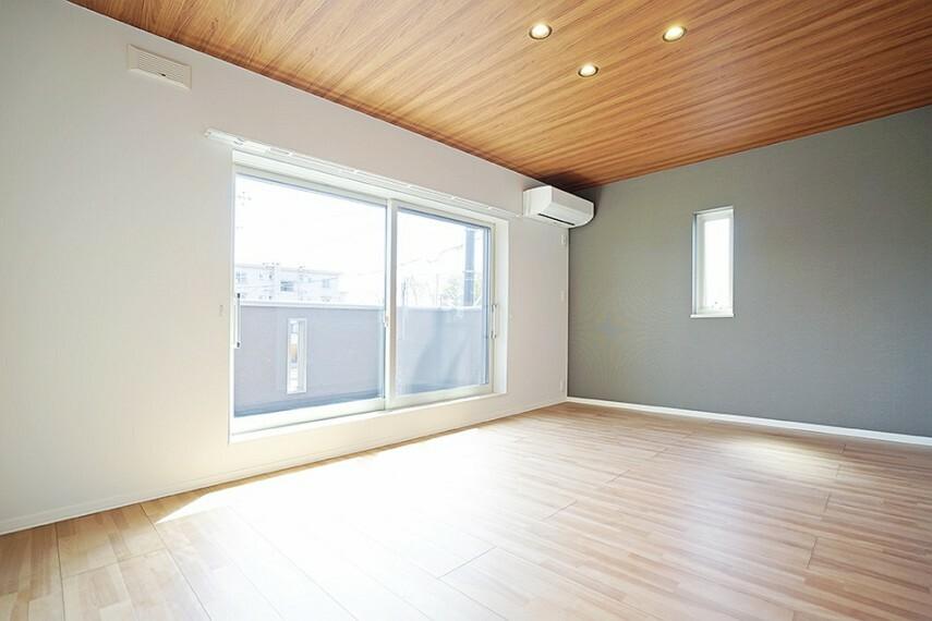 寝室 No.23_主寝室(撮影_2021年3月)キングベッドを置いても余裕のある約9.1畳の主寝室。約3.9畳の大容量W.I.C.付き。