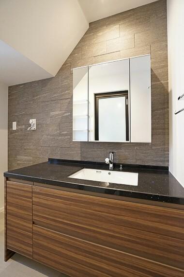 洗面化粧台 No.23_洗面脱衣室(撮影_2021年3月)3面鏡洗面台の天板はフィオレストーンを採用。スタイリッシュなデザインが脱衣所も美しく演出してくれます。