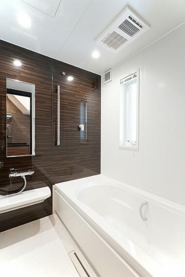 浴室 No.23_浴室(撮影_2021年3月)足がのばせる1坪サイズの浴室。アクセントの壁を入れることで落ち着く空間に。