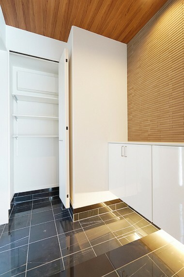 玄関 No.23_玄関(撮影_2021年3月)邸宅の印象を大きく左右する玄関もゆとりのある仕様に。タイル貼りの床はホテルライク。