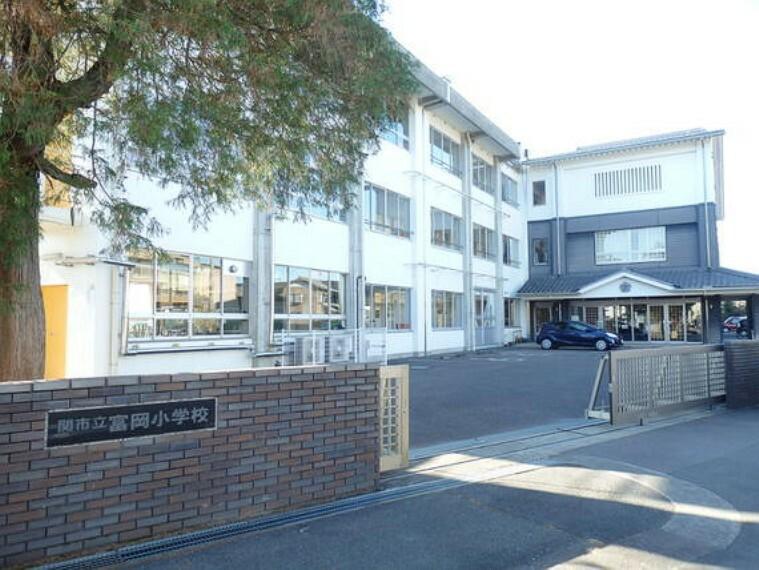 小学校 富岡小学校まで徒歩約8分。(約619m)