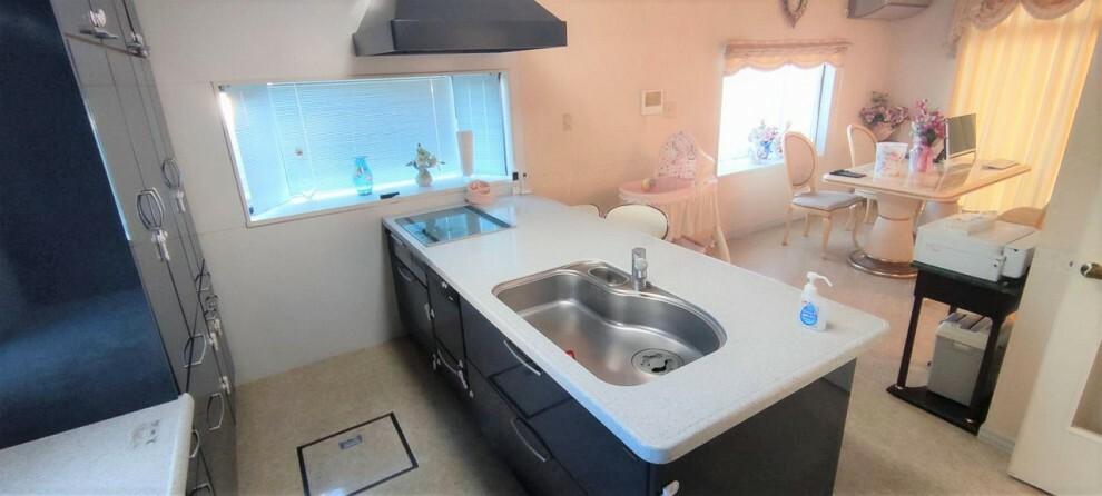 キッチン キッチン オープンキッチンは天板が広く、料理や後片付けも楽に出来そうですね 部分的(コンロや蛇口、レンジフード等)なリフォームも可能です