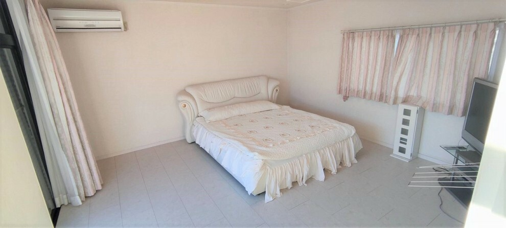 洋室 2階洋室 11帖の広々とした洋室。キングサイズのベッドも楽に収まります