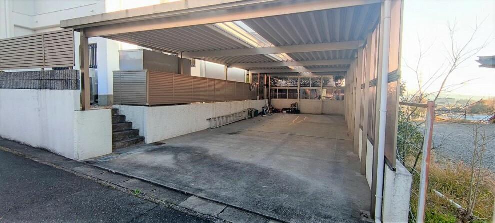 駐車場 4台駐車+自転車やバイクも駐車可能な駐車場です。屋根や壁もありますので大事なお車を雨風や直射日光から守れます