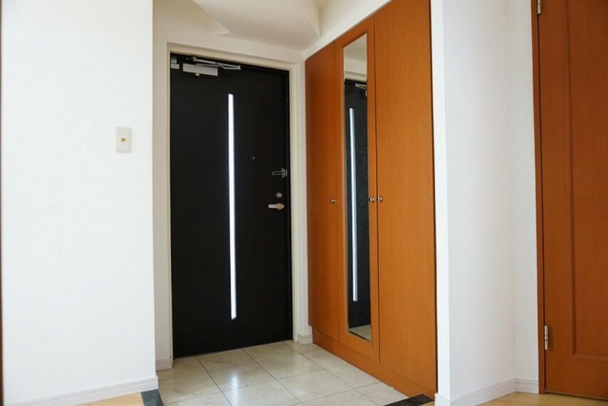 玄関 落ち着きのある玄関。シューズボックスも大容量でミラー付き。外出時のチェックに活躍しますね。