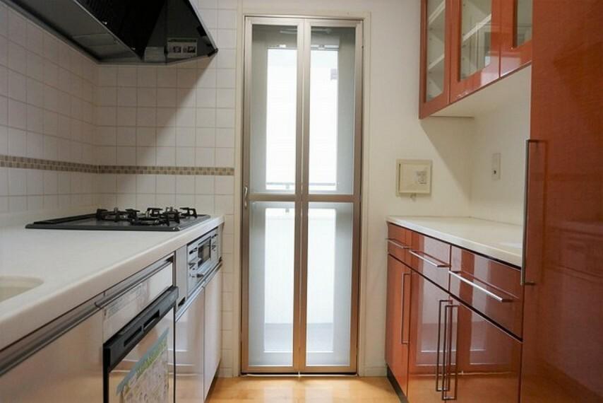 キッチン 独立型のキッチンで収納も多く使いやすいです。
