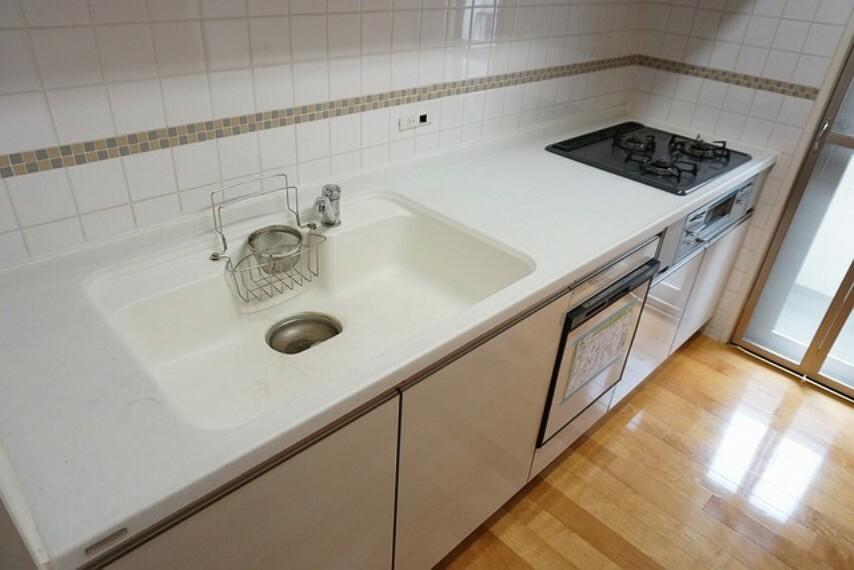 キッチン 人造大理石のシンクは耐熱性に優れており、日ごろのお掃除もふき取るだけでOK。