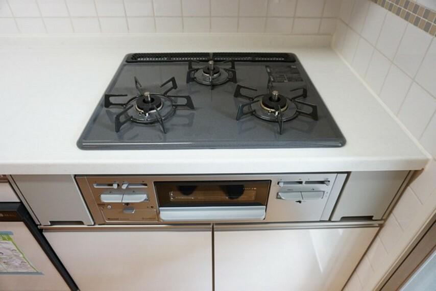 キッチン 3口ガスコンロなので、効率よくお料理が楽しめます。毎日のお料理も楽しくなりますね。