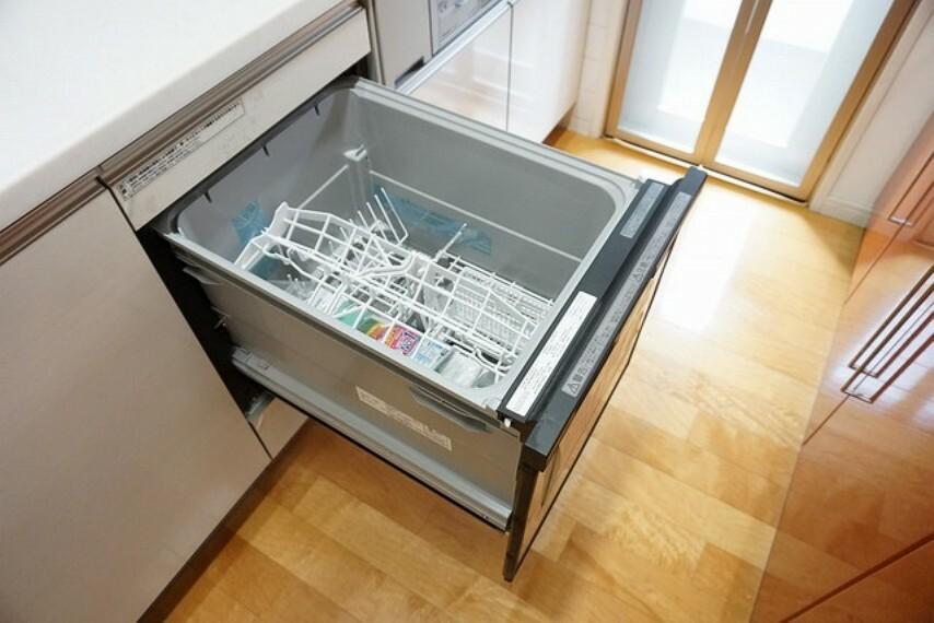 キッチン 家事の時間が短縮できるフルオープンで開けやすい食器洗い乾燥機付。深型タイプの食器洗い乾燥機で食器を1度できれいにできます。