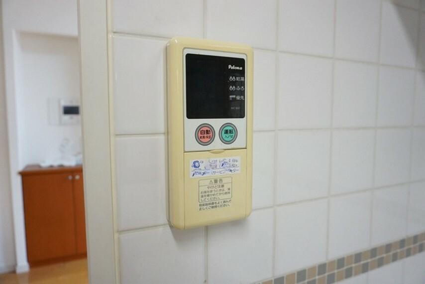 キッチン 給湯器リモコンはキッチン横からボタンひとつで操作が楽々。