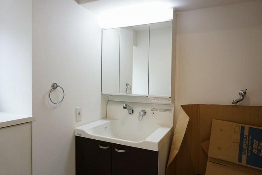 洗面化粧台 三面鏡つき洗面台。収納も一体型になっているので、ドライヤーやヘアアイロンの置き場に困りませんね。