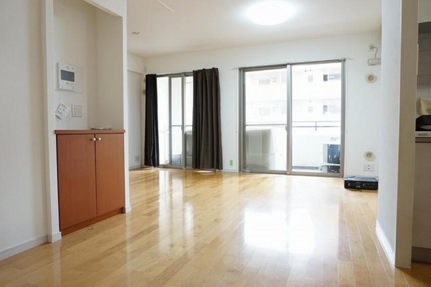 居間・リビング 落ち着きのあるお洒落なデザインのリビングです。将来にわたって住みやすくプランニングを重ねて設計された間取で日々の生活をしやすい導線を考えた居住空間を創り上げております。