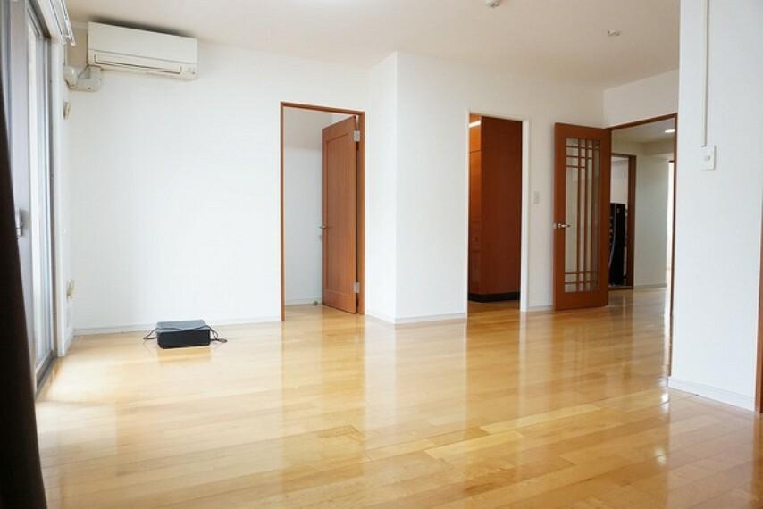 居間・リビング リビングは広々とした設計で、家族が集い、寛ぐ暮らしの空間を演出しています。