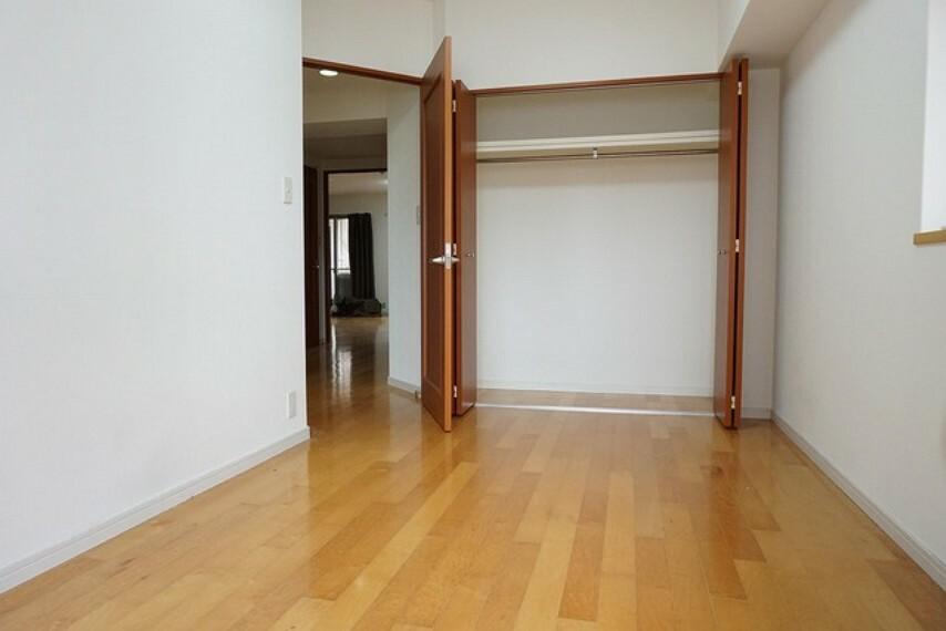 寝室 落ち着いた雰囲気の寝室です。大容量のクローゼットも完備しています。