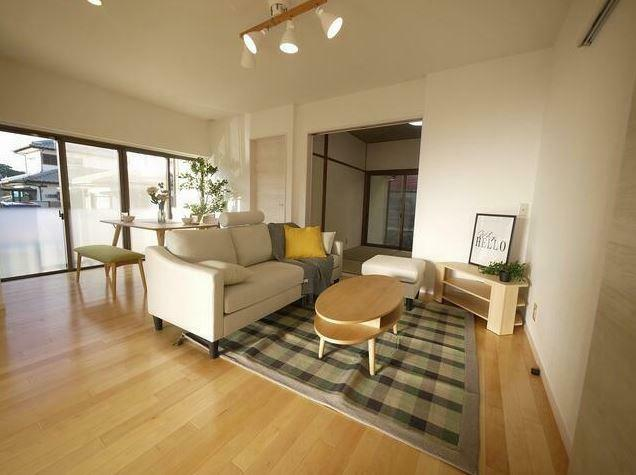 居間・リビング 新品家具設置完了しました!! 設置中の家具は購入者様へのプレゼント。