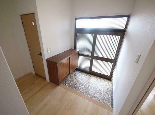 玄関 広々玄関! 下駄箱も付いてスッキリ片付きますね。