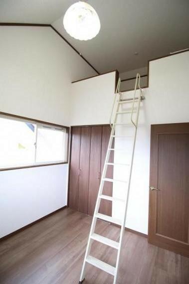 洋室 2階4.5帖の洋室。ロフトがあります。