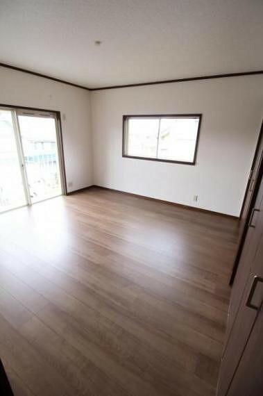 洋室 2階8帖の洋室。バルコニーがあります。