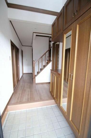 玄関 収納豊富な玄関。