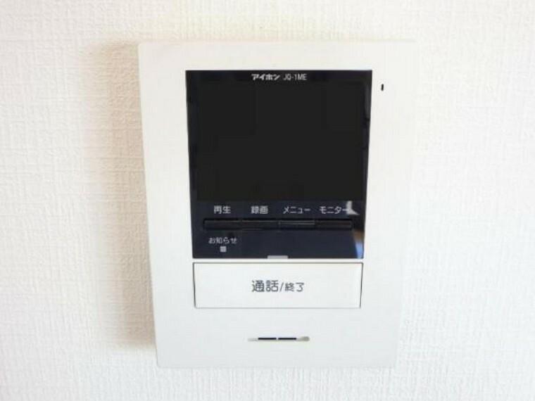 【同仕様写真】新しく設置するドアホンはカラーモニター付き。(設置場所)に設置のモニターで玄関にいらしたお客様を確認してから応対できます。留守中の来客も記録できるので防犯面でも安心ですね。