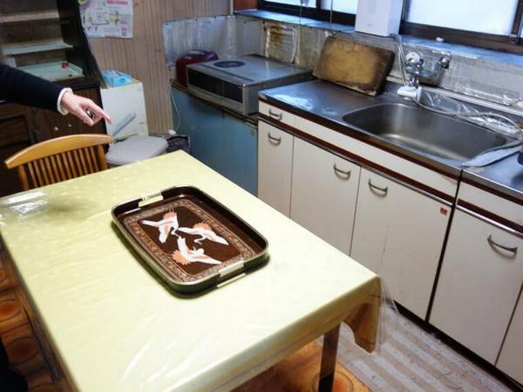 キッチン 【リフォーム中 2020年12月23日撮影】既存のキッチンを撤去し、永大産業製の新品のシステムキッチンを設置予定です。調理スペースの天板が人工大理石仕様になっているので傷や汚れに強くサッと人拭きでお手入れもラクラクです。さらにシンク部分も同様にステンレス仕様になっているので水垢が付きにくくこちらもお手入れラクラクです。